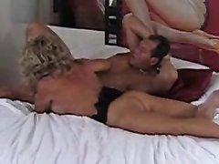 Грудастая зрелая блондинка не может насытиться сексом с ухажёром, поэтому фигуристая краля не слезает с его члена