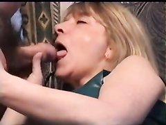 Зрелая немка в чулках немного пьяна и жаждет домашнего секса, супруг вставил член в киску, а потом в рот любимой