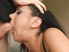 Глубокая глотка гламурной итальянки вмещает огромный член, домашнее порно с её минетом всегда будет интересным