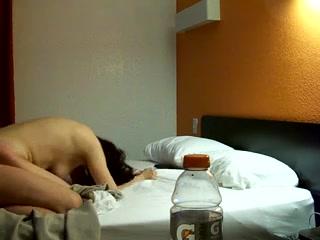 Утром рано чувак врубил камеру для записи домашнего порно и жёстко поимел жену в позе на карачках