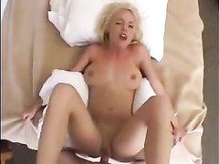 У блондинки обе дырочки хороши, поэтому любовник решил попробовать анальный секс и был рад вставить ей в попку