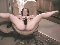 Зрелая француженка лёжа на спине сделала шпагат, трахнув киску гигантской секс игрушкой она суёт её в глубокую глотку