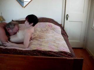 Любительский секс для зрелого мужика начался с куни, нализавшись молодой киски он принялся её трахать