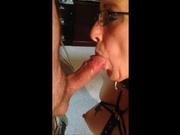 Очкастая интеллигентка став зрелой дамой заинтересовалась порно и БДСМ, нашла любовника и часто ему покорно сосёт