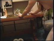 Видео с домашней мастурбацией волосатой киски, женщина даже прыгает на дилдо