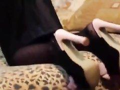 Зрелая русская бизнес леди пришла домой к сотруднику, а тот соблазнил её и бесплатно трахнул в ароматную киску