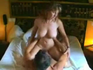 У зрелой пары для любительского секса есть две основные позы, это на карачках и позиция наездницы
