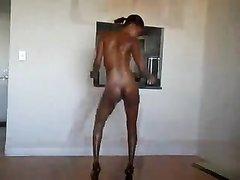 Стройная негритянка радует поклонников в откровенном видео, где она вертит обнажённой шоколадной попой