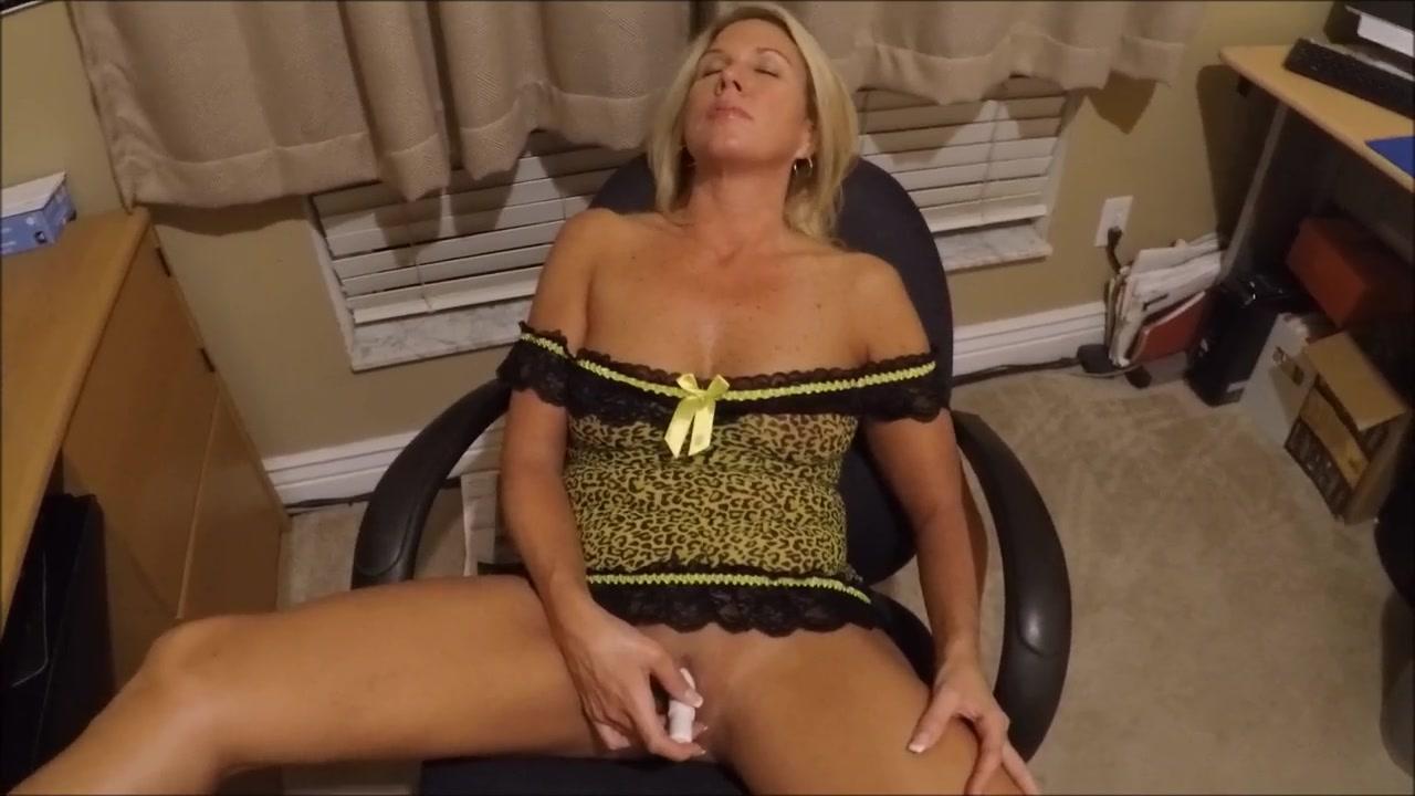 Блондинке нравится смотреть в интернете горячие сцены и после этого дрочить с вибратором киску возле компьютера