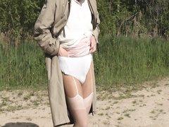 Мужик одел женские чулки и отправился на пляж ловить сексуальную партнёршу для объятий и мастурбации