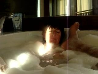Домашнее порно пылкого француза и горячей турчанки, парочка развлекается в ванной, наполненной водой с пеной