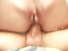Шлюха в белых чулках пришла к клиенту для домашнего анального секса и он отважно расширил её очко