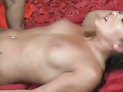 Красотка с косами дала полизать киску, чтобы возбудиться и быть готовой к любительскому сексу