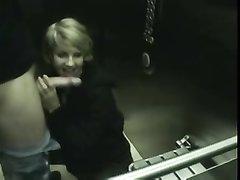 Блондинке интересно сосать член на видео, она впервые снимается в любительском порно