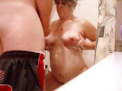 Молодой квартирант подглядывал за зрелой хозяйкой в ванной и возбудившись предложил ей секс, а она этого давно ждала