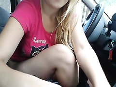 Аппетитная авто блондинка в салоне машины дрочит клитор онлайн по скайпу на камеру планшета