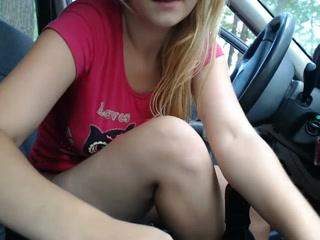 порно блонда дрочит в машине