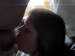 Зрелая супружеская пара впервые снимает домашнее порно, на котором жена отсасывает толстому супругу