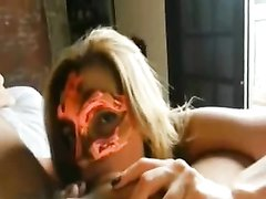 Надев маску зрелая шведка снялась в любительском порно, она отсасывает огромный член и лижет яйца партнёра
