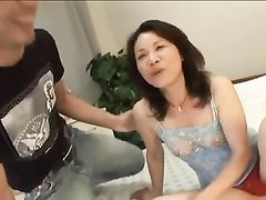 Зрелой японке приятно участие в домашнем порно, она разрешила партнёру кончить внутрь