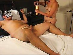 Супружеская пара для съёмок домашнего порно надела маски, жена связав мужа дрочит член рукой и вакуумной помпой