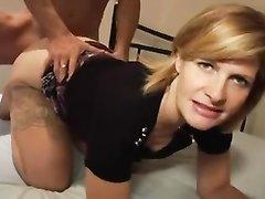 Зрелая англичанка в чулках встретила достойную партию для домашнего секса и сразу пригласила в постель подставив киску