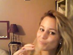 Гламурная блондинка в чулках на вебкамеру показывает анальную мастурбацию с секс игрушками