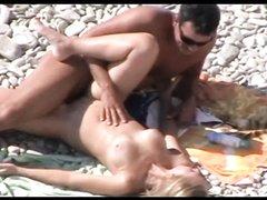 Даже на пляже можно заняться домашним сексом, если не обращать внимание на ворчливых окружающих