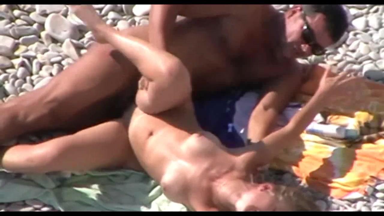 Фигуристая женщина на пляжу занимаются сексам порно