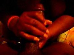Любительское видео темнокожей парочки, которая предпочитает изредка просто мастурбировать пенис