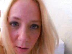 Французская нимфоманка в чулках соблазнила незнакомца, блондинка привела его к себе для дружеского секса
