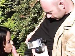 Французское любительское порно на природе, он делает куни, чтобы возбуждённая брюнетка лучше сосала его член