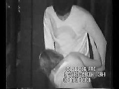 Скрытая камера с высоты сняла уличный секс в позднее время, влюблённая пара не дотерпела до дома