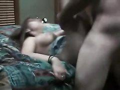 Брюнетка любит быть активной в ходе домашнего секса, поэтому не стала долго лежать внизу и оседлала партнёра