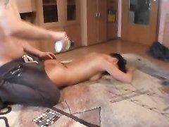 Эротический массаж с маслом обернулся домашним сексом, муж энергично поимел скользкую жёнушку на полу