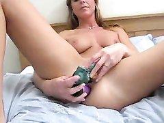 Секс игрушки помогает длинноногой красотке кончить, она балует себя двойным проникновением с парочкой дилдо
