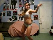 Резвая танцовщица в одном нижнем белье трясёт сексуальной попой, вызывая у зрителей грязные фантазии