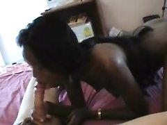 Горячая негритянка снимается в любительском видео с белым любовником, трахающим её в рот красивым членом
