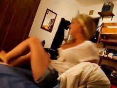 Блондинка позволила снять любительское видео с минетом и старалась сосать член красиво