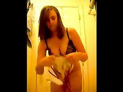 Симпатичная студентка примеряет нижнее бельё на вебкамеру, чтобы парни могли смотреть на упругие сиськи