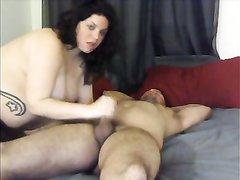Толстая итальянка любит оральный секс, поэтому сначала у пары происходит минет и куни и уже затем она садится на член