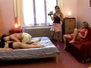Немецкая пара пригласила несколько шлюх для съёмок любительского порно с интимными игрушками и лесбийскими ласками