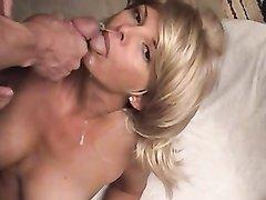 Порно с голодной блондинкой, она хочет глотать сперму и открыв рот ловит струю из члена
