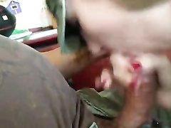 На домашнем видео жена сосёт головку члена и отчаянно мастурбирует ствол рукой