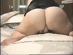 Польская домохозяйка с большой попой села на секс игрушку и тренируется скакать в позе наездницы