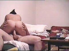 Домашнее порно супружеской пары шикарное, жена отлично сосёт, а муж взасос делает куни и лижет клитор