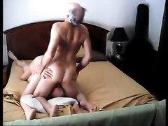 Зрелый сосет присоединился к горячей парочке для секса втроём и постарался поработать всё ещё действующим членом