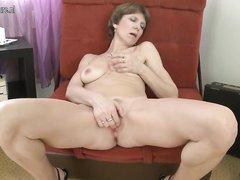 Зрелая домохозяйка впервые участвует в любительском порно, показав всю фигуру она приступает к мастурбации с дилдо