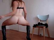 Любительское порно с мастурбирующей зрелой женщиной в кожаных сапогах, для оргазма ей хватает пальчиков и стула