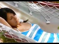 Любительское видео с мастурбирующей брюнеткой, она дрочит клитор лёжа на гамаке и балуется с вибратором